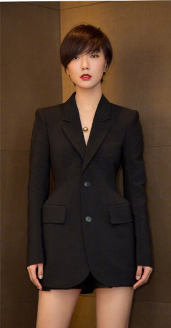 王珞丹黑色西装短裙美腿性感写真